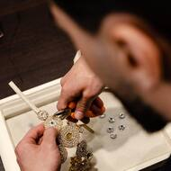 L'incastonatura è un'operazione che viene eseguita a mano da incastonatori esperti e serve per tenere fermi i cristalli nello spazio che le accoglie, chiamato appunto castone. Possiamo dunque definire questo lavoro come un sigillo di protezione e di personalizzazione, che se effettuato correttamente riesce a valorizzare al massimo la bellezza dei cristalli 💎!  #nanapositano#crystals#incastonatura#sandali#handmade#luxury#sparkle#shine#positano#italy#amalficoast