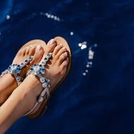 Nel blu, dipinto di blu .. 🎶   Flora style personalizzabile in qualsiasi colore 💙 🌈   Discover more on  WWW.NANAPOSITANO.IT   #sea#blu#italy#handmade#custom#crystals#fashion#designer#crystals#luxury#customisable#madeinitaly#positano 🇮🇹