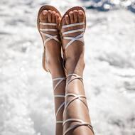 Comodo e chic 😍 Modello Ada in colore platino ✨   Ogni sandalo e realizzato interamente da noi ed è personalizzabile sia nel nostro punto vendita che sul nostro sito web.  WWW.NANAPOSITANO.IT   #leather#platinum#sandali#handmade#realleather#madeinitaly#positano#amalficoast#handmade#amalficoast