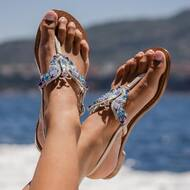 Get lost in the light of our beautiful Gloria style 🦋   •Handmade in Positano 🇮🇹  •Customisable sandals  •Worldwide shipping 📦   Order online on  WWW.NANAPOSITANO.IT  #butterflay#designer#sandals#handmade#custom#madeinitaly#italy#positano